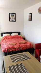 Un ou plusieurs lits dans un hébergement de l'établissement AU PIED DU CANIGOU - Studio La Catalane 4 étoiles