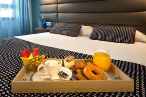 A bed or beds in a room at Suites Pamplona Plaza