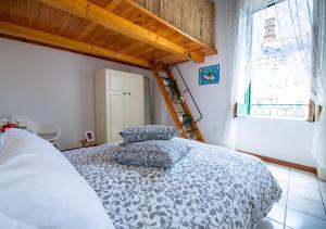 A bed or beds in a room at La finestra sul borgo