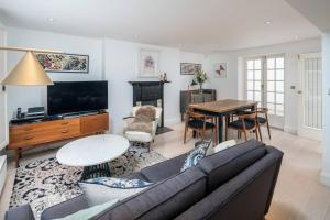 A seating area at Stylish 3bed flat in Marylebone, by Regent's Park!
