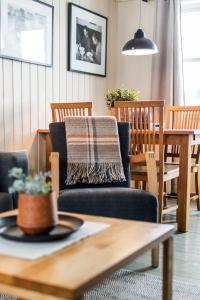 En restaurant eller et spisested på Nyvågar Rorbuhotell - By Classic Norway Hotels