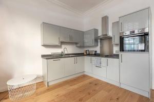 A kitchen or kitchenette at Flat on Upper Street/Islington, near King's Cross!