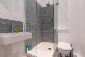 A bathroom at Flat on Upper Street/Islington, near King's Cross!
