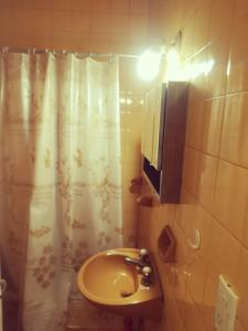 A bathroom at Tu Lugar Mendoza