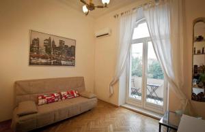 A seating area at KvartiraSvobodna - Apartment at Sadovo-Triumfalnaya