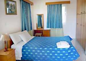 Кровать или кровати в номере Rododafni Villas