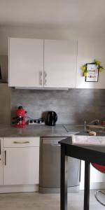 A kitchen or kitchenette at LE STUDIO KENNEDY