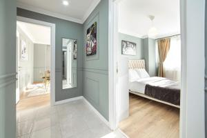 A bed or beds in a room at Walton Residence Sisli