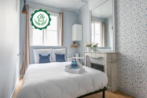 A bed or beds in a room at Apartments WS Saint-Lazare - Opera