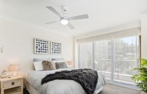 A bed or beds in a room at Aqueous Apartment