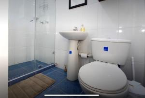 A bathroom at Luxury apartment with a/c next to chipichape mall
