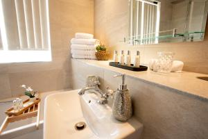 A bathroom at Park Lane Apartments/Shaw House