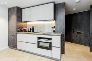 A kitchen or kitchenette at Luxury 1 bedroom Battersea Power Station apartment
