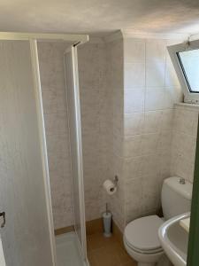 Een badkamer bij Anastasios Olive Garden Apartments