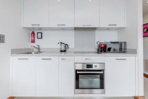 A kitchen or kitchenette at Luxury Studio Chelsea Bridge Wharf