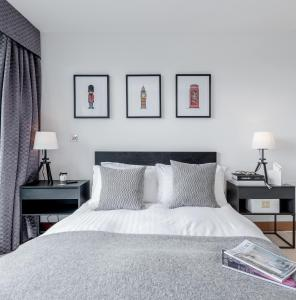 A bed or beds in a room at Luxury Studio Chelsea Bridge Wharf