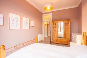 A bed or beds in a room at Unique and Elegant flat 10 mins from City Centre