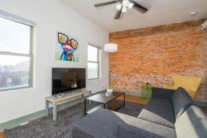 A seating area at Spectacular Bi-level with 3 BD and a Roof Deck!!
