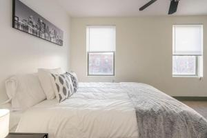 A bed or beds in a room at Spectacular Bi-level with 3 BD and a Roof Deck!!
