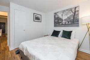 A bed or beds in a room at CITY CENTER!!! - GORGEOUS Apartment with Deck
