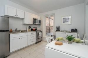 A kitchen or kitchenette at CITY CENTER!!! - GORGEOUS Apartment with Deck