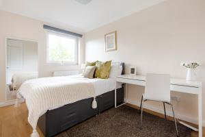 A bed or beds in a room at Awesome flat near Chelsea Stadium + Fulham station
