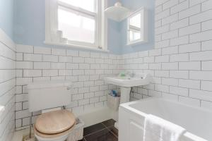 A bathroom at Cosy Three Bedroom Apartment In Fulham