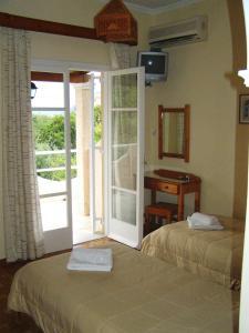 Ένα ή περισσότερα κρεβάτια σε δωμάτιο στο Απόστολος και Ελένη Οικογενειακά Διαμερίσματα