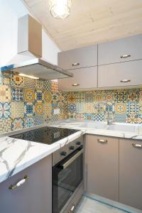 A kitchen or kitchenette at GLAROS BUNGALOW