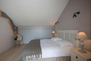 A bed or beds in a room at Les Jardins de la Mandoune