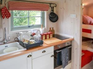 A kitchen or kitchenette at The Carriage