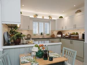 A kitchen or kitchenette at The Garden House