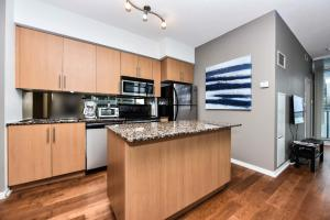 A kitchen or kitchenette at Sarkar Suites - Maple leaf Square
