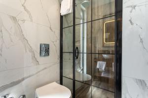 A bathroom at Nox Suite