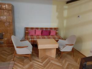 A seating area at Youngsters' Choice Apartments