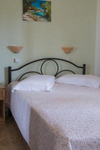 A bed or beds in a room at Kamares House Apartments & Studios