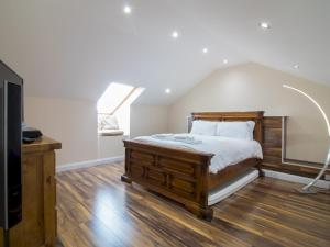 A bed or beds in a room at Luxury 2BD Penthouse, Private Lift & Swimming Pool