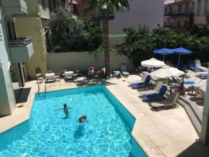 O vedere a piscinei de la sau din apropiere de Jason Hotel Apartments