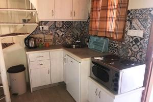 Een keuken of kitchenette bij Mary Helen Apartments