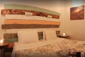 Een bed of bedden in een kamer bij Mary Helen Apartments