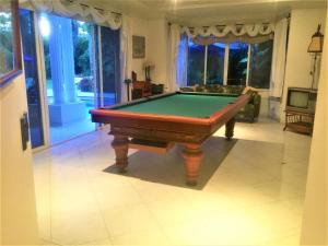 A pool table at Condominio Campestre El Peñon