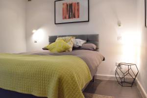 Een bed of bedden in een kamer bij Fernlea