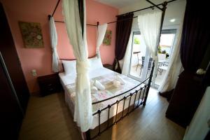 Ένα ή περισσότερα κρεβάτια σε δωμάτιο στο GoldenHill Studios