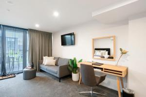 A seating area at Southwark Hotel & Apartments