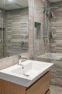 A bathroom at Southwark Hotel & Apartments