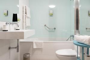 A bathroom at Casas do Teatro