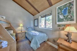 Кровать или кровати в номере Tahoe Tyrol Lodge