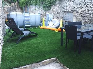 A garden outside Appartement avec terrain et piscine privative.