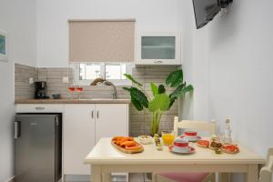A kitchen or kitchenette at Hermes Beach Studios