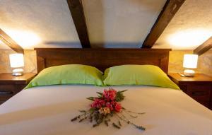 A bed or beds in a room at Apartments Villa ViDa Orebić